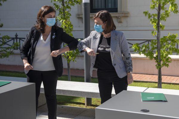 Concha Andreu y Sara Alba se saludan tras la firma del acuerdo
