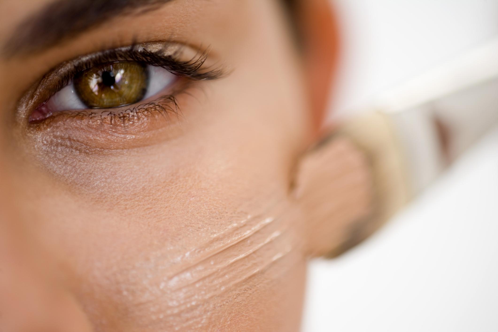 cde7cb7784 Probar el maquillaje en el sitio indicado para saber el tono, usar  iluminadores en crema y limpiar e hidratar bien la zona son algunos trucos  para obtener ...