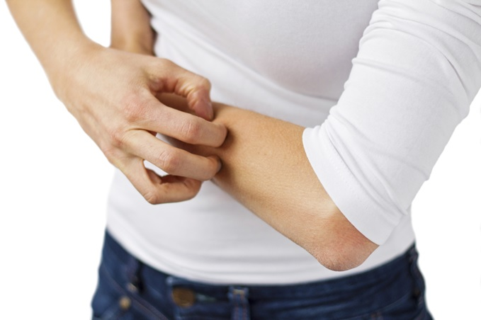 ¿Qué causa la hinchazón debajo de los brazos?